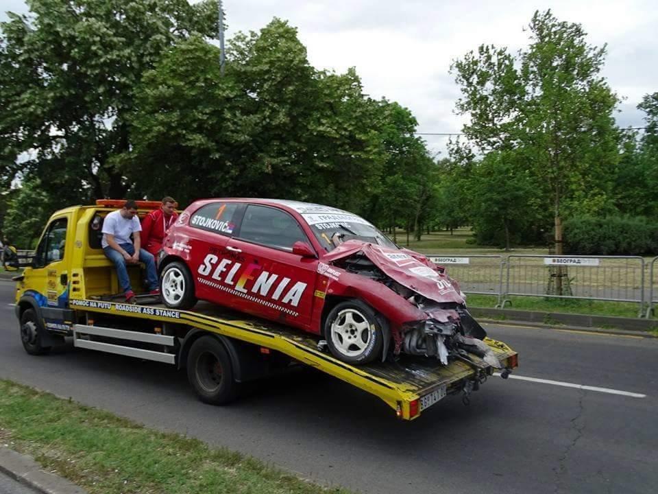 Вистинска катастрофа на Ушче  Возач од најсилната класа излета  тројца повредени