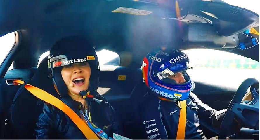 F1  Алонсо ја повози Карина Лау еден БРЗ КРУГ во McLaren 570S